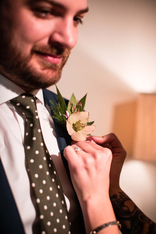 1209-creative-wedding-florist-madison-wisconsin-groom-boutonniere.jpg