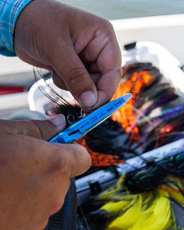¡Dorado requiere el mejor equipo para la batalla! @yosoyelciru rigging a new color fly in anticipation for the  #goldenhour at @doradosonthefly 📸= @tscottnorman #gowithemergent #emergentx #emergentexpeditions #flyfishing #travelfly #travelphotography #adventuretime #adventuresonthefly #hatchoutdoors #redingtongear #ahrex #goldendorado #mfc #montanaflycompany #simmsfishing
