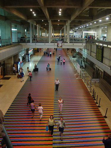 Cruz-Diez aeropuerto.jpg