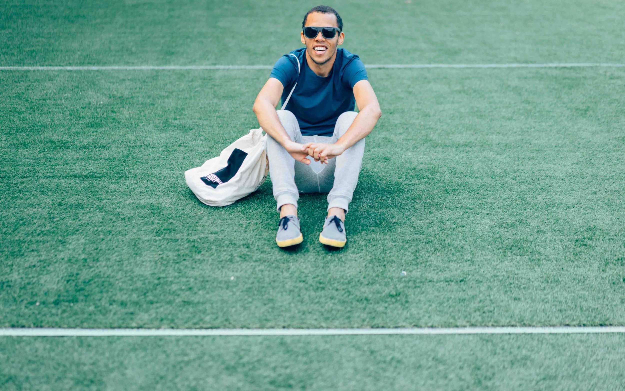 H  &M  Sunglasses  |  Z    ara  T-shirt |    E    veryday Object  Bag |  H    &M  Sweatpants   |    O      li13    Shoes