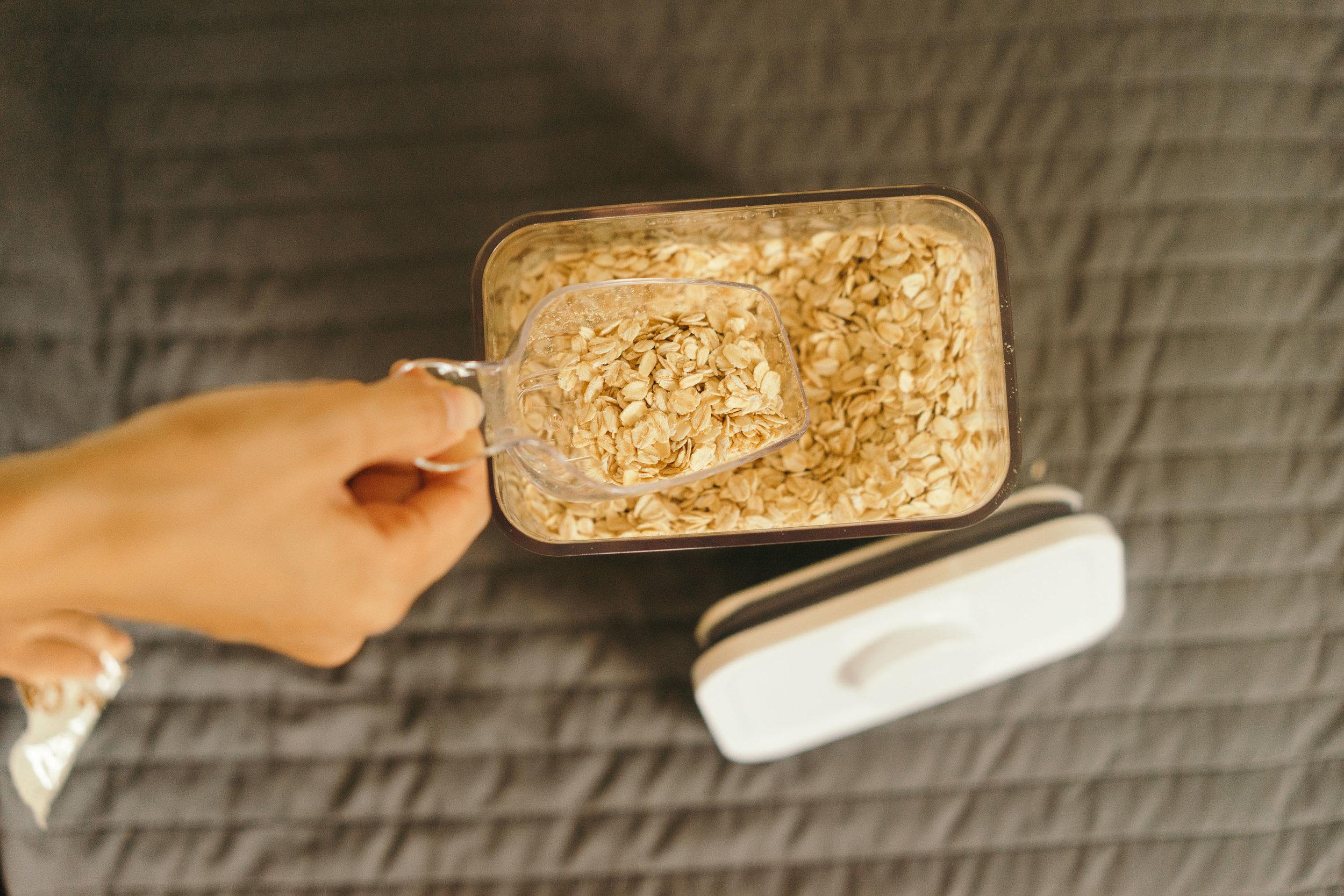 燕麥是我們家早餐的必備,每次買一大箱都很煩惱該怎麼收納,選32cm的可以一次裝兩包。