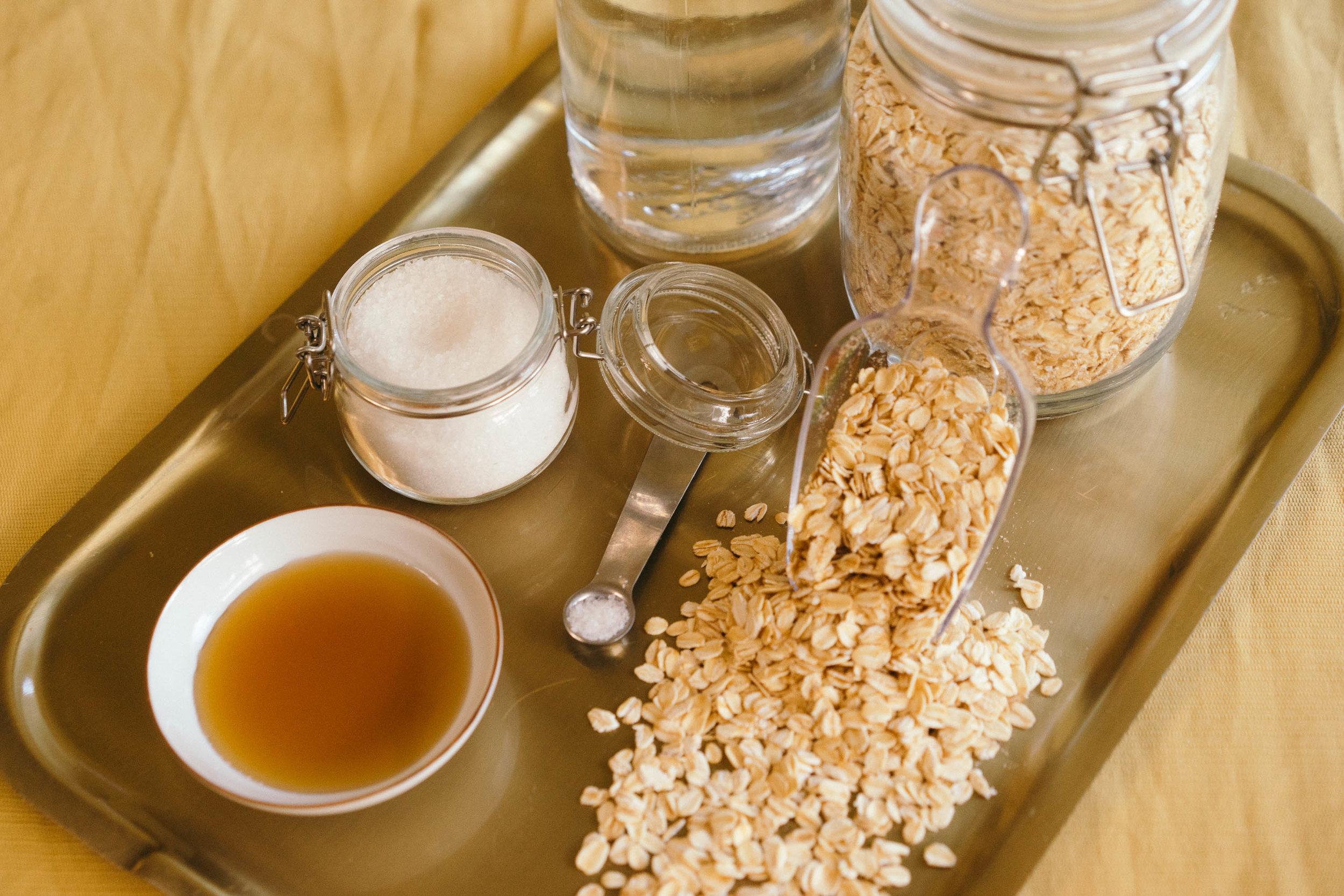 *燕麥奶食材:   燕麥 一杯  水 四杯 (一杯泡燕麥的量)  楓糖/紅棗/蜂蜜(可依照自己喜歡的甜度增加)  鹽 一小撮