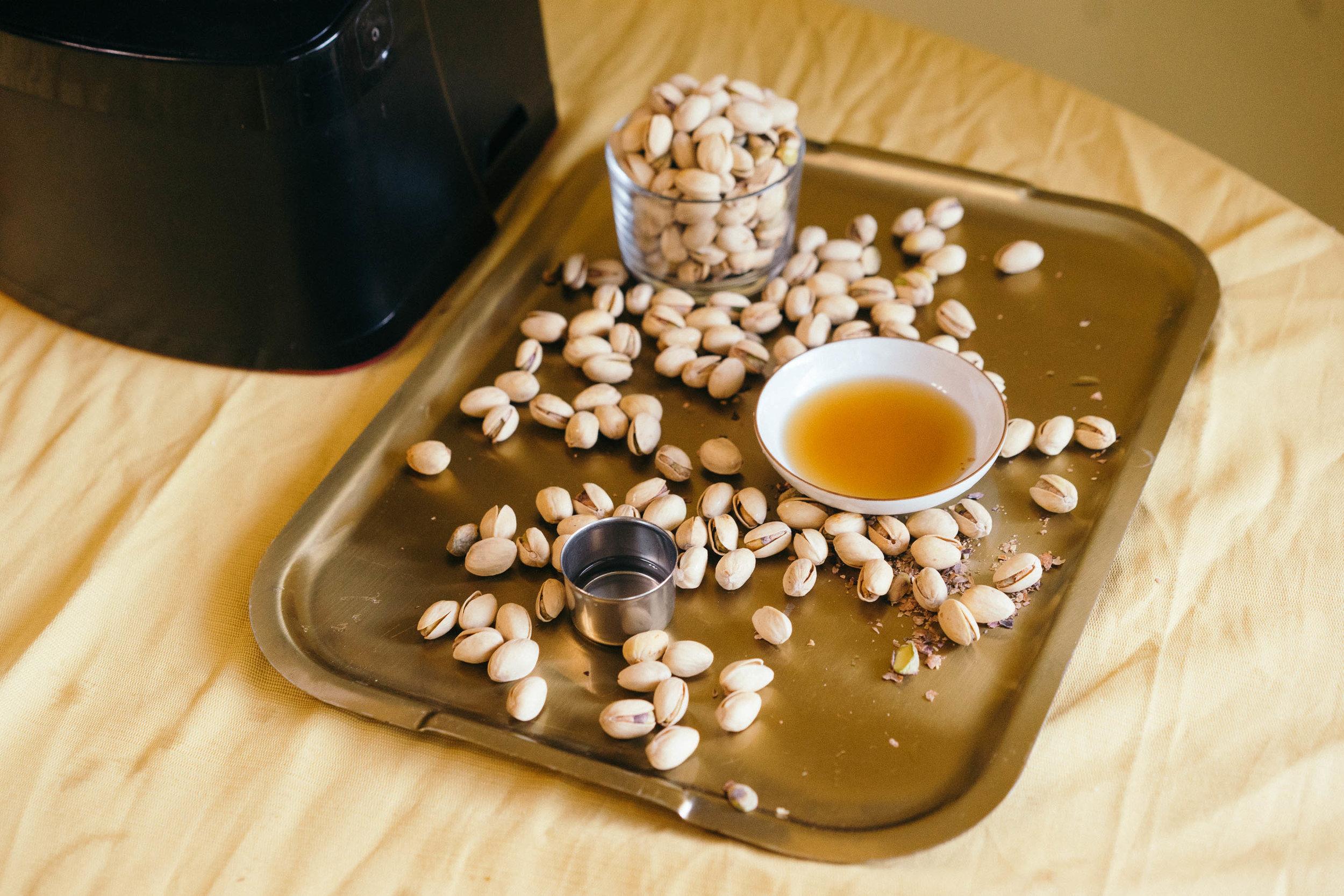 *開心果醬食材:   無鹽無殼開心果 兩杯  椰子油 一湯匙  蜂蜜 一湯匙  鹽一小把