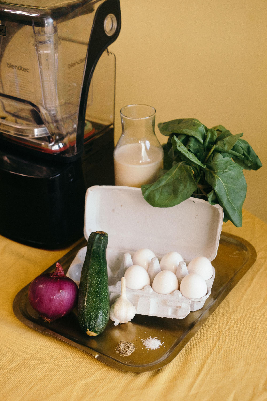 *歐姆蛋食材:   蛋六顆  鹽巴一湯匙  櫛瓜半條  菠菜一把  洋蔥1/4個  大蒜兩瓣  燕麥奶(牛奶)1/2杯