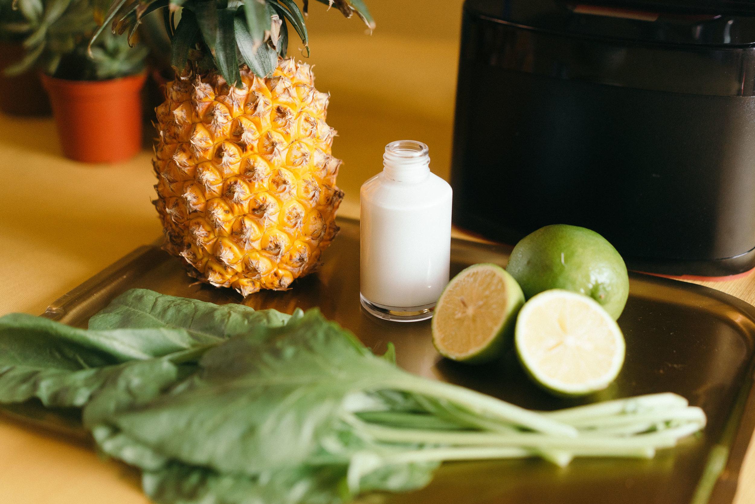 *果昔食材:   冷凍鳳梨 500克  菠菜 一把  椰奶 1/4杯  去皮萊姆 一顆  蜂蜜 45ml  冰塊 100克