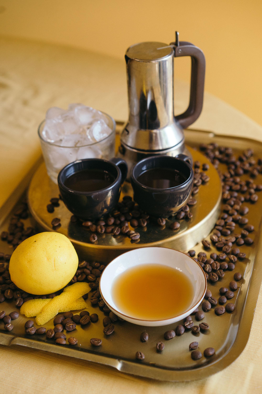 *咖啡食材:   濃縮咖啡 1/2杯( 量杯的量)  蜂蜜兩杓或4匙砂糖  冰塊 1杯(量杯的量)  檸檬皮 2-3片