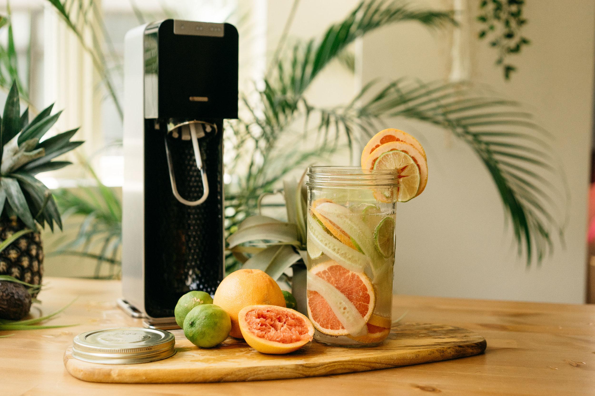 |材料|  小黃瓜半根+葡萄柚半顆+檸檬一顆+氣泡水 1L  |作法|  將小黃瓜刨片,葡萄柚跟檸檬切片,全部丟進瓶子裡,加入氣泡水。(喜歡更重水果味的你,其中葡萄柚跟檸檬可以選擇兩三片用手擠些汁出來喔)