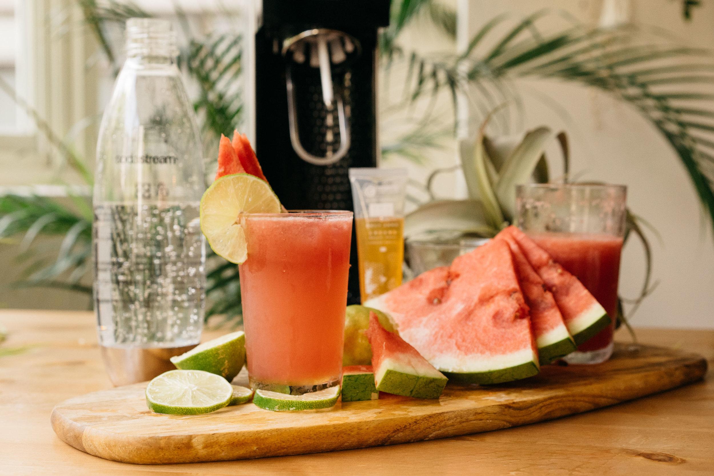 | 材料 |  西瓜汁180ml+檸檬汁30ml+蔗糖少許+汽泡水100ml  | 作法 |  全部材料放入飲料杯中,攪拌均勻。  加入冰塊,倒入氣泡水,最後可以放上薄荷葉,檸檬片或你想放西瓜片做裝飾都可以。