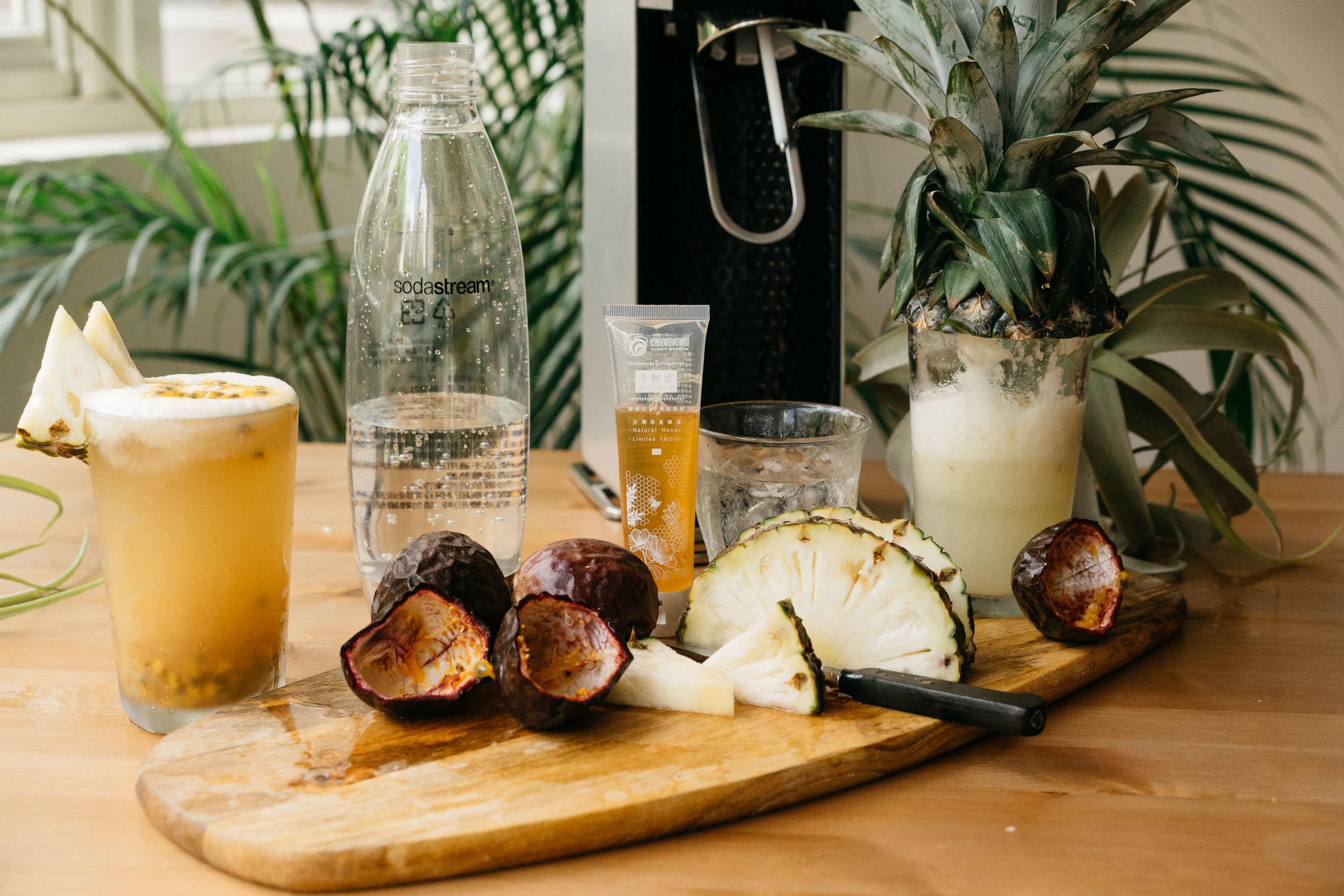 | 材料 |  百香果 2顆+鳳梨汁 50ml+紅茶 50ml+蜂蜜少許+氣泡水 100ml  | 作法 |  百香果切開,取出果肉。  將百香果、鳳梨汁、紅茶倒入杯中,再將入冰塊及氣泡水。