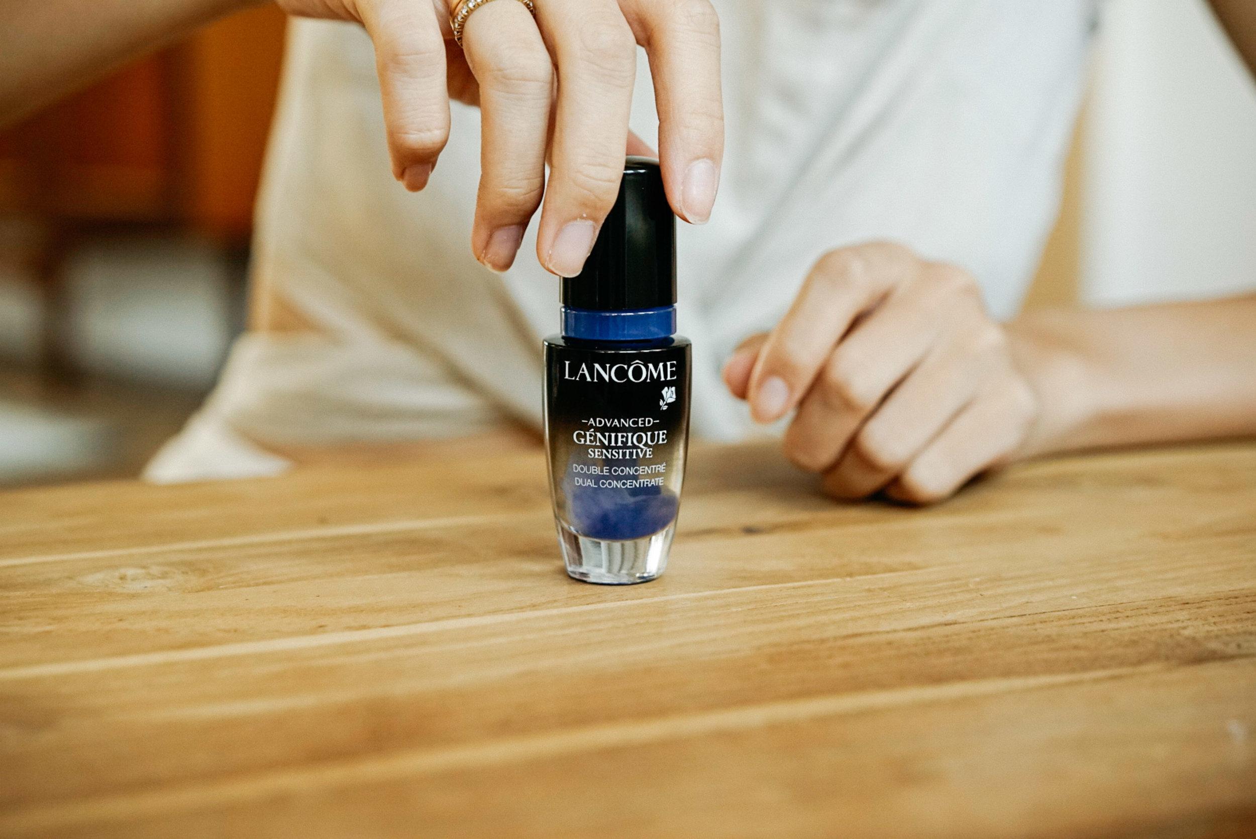 首次啟用時,將含藍色滴管用力下壓並轉動後,讓裡頭藍色活性精華緩緩釋出融合瓶中透明精華,綻放的瞬間真的讓人有種,神秘力量釋放的感覺啊。
