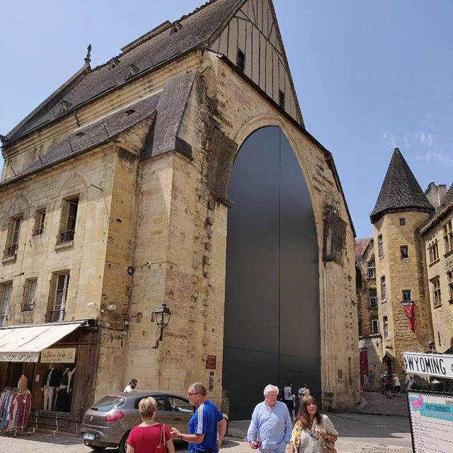 Dashed thro' the wonderful Sarlat-la-Caneda. Intrigued by these huge french doors. Turns out it's a conversion of a church to am indoor market by @jeannouveldesign  3rd photo from web!