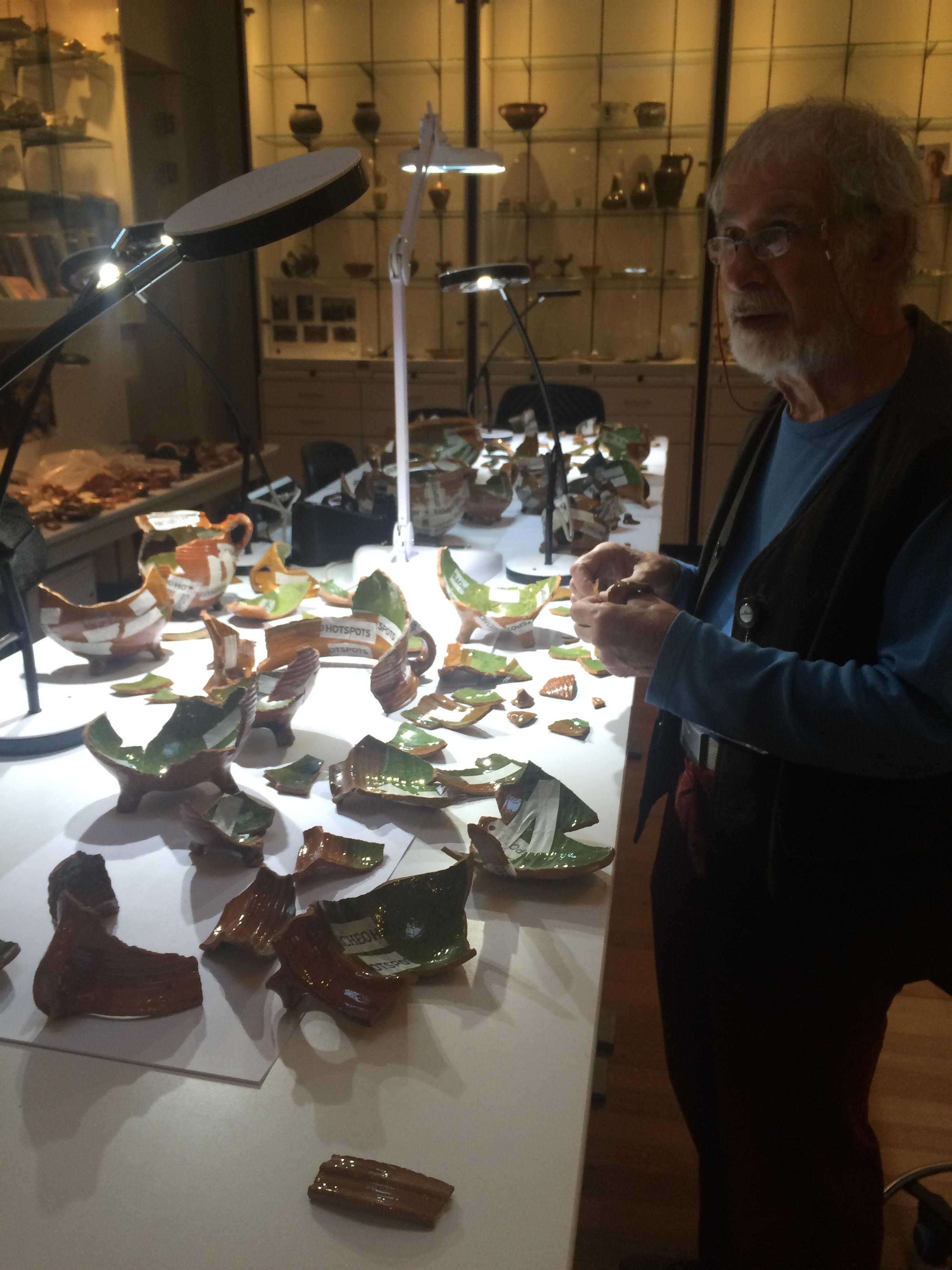 In de ArcheoHotspot vertellen archeologen over hun werk. In dit geval het reconstrueren van schaaltjes, gevonden in een Amsterdamse beerput.
