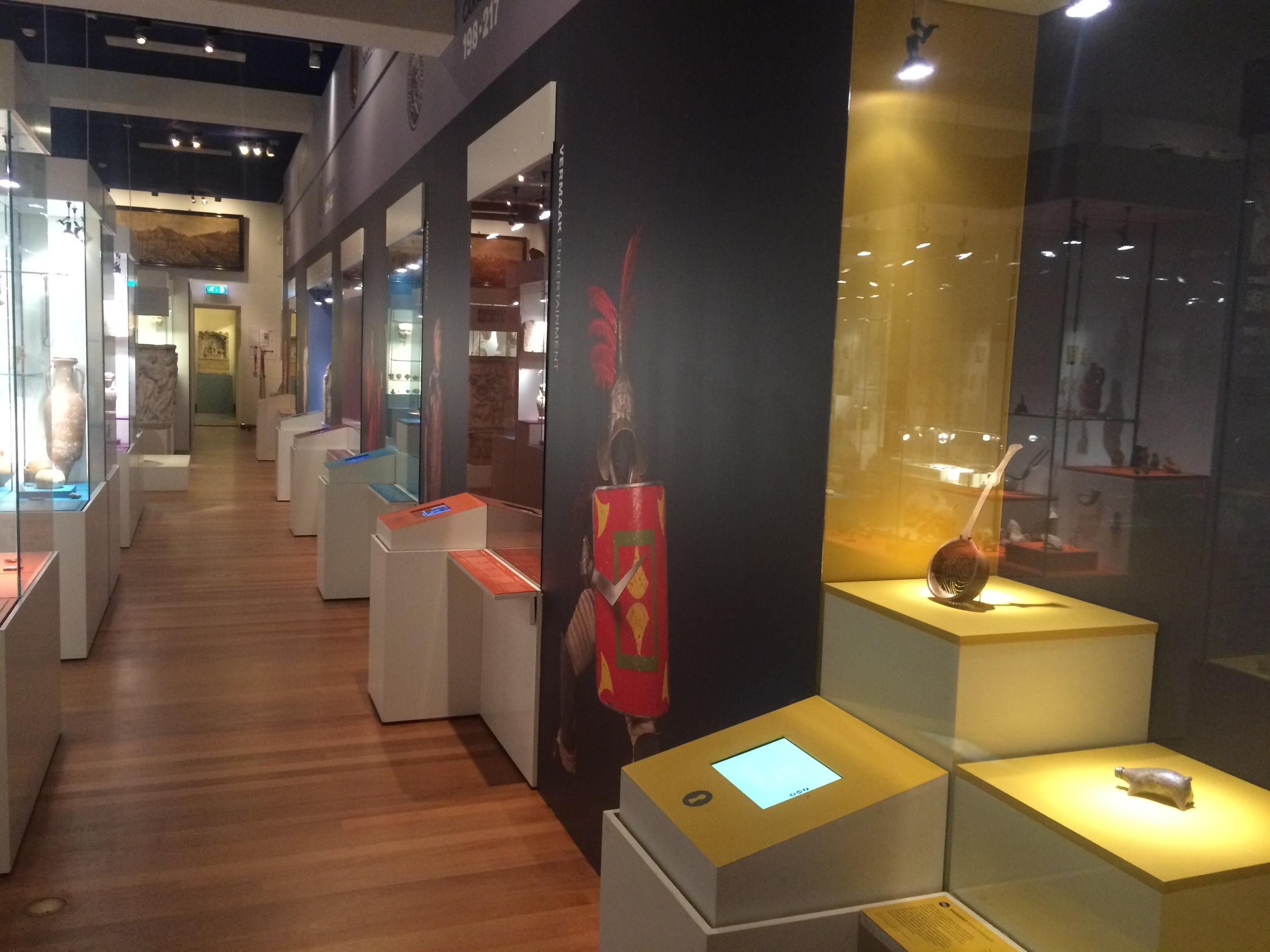 Ook in deze tentoonstelling veel digitale toepassingen. Op de schermen kun je o.a. de objecten 3d bekijken van alle kanten.