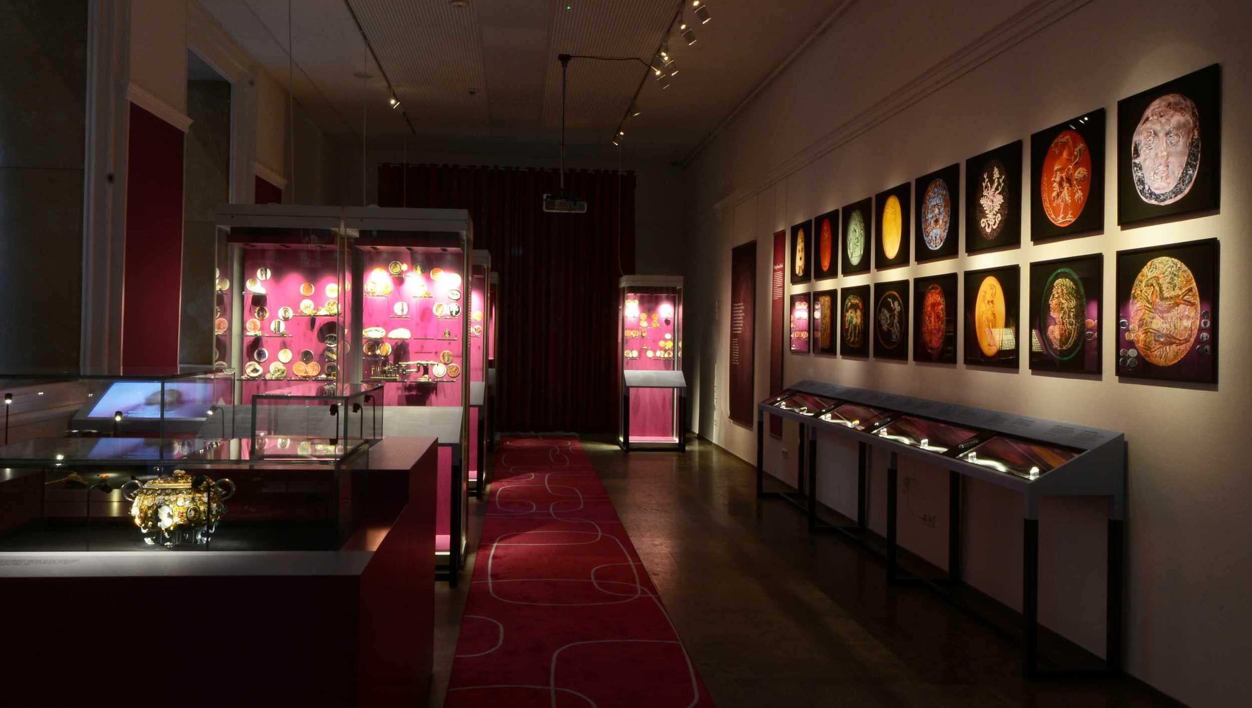 Overzicht van de tentoonstelling Pracht & Precisie (foto: RMO)