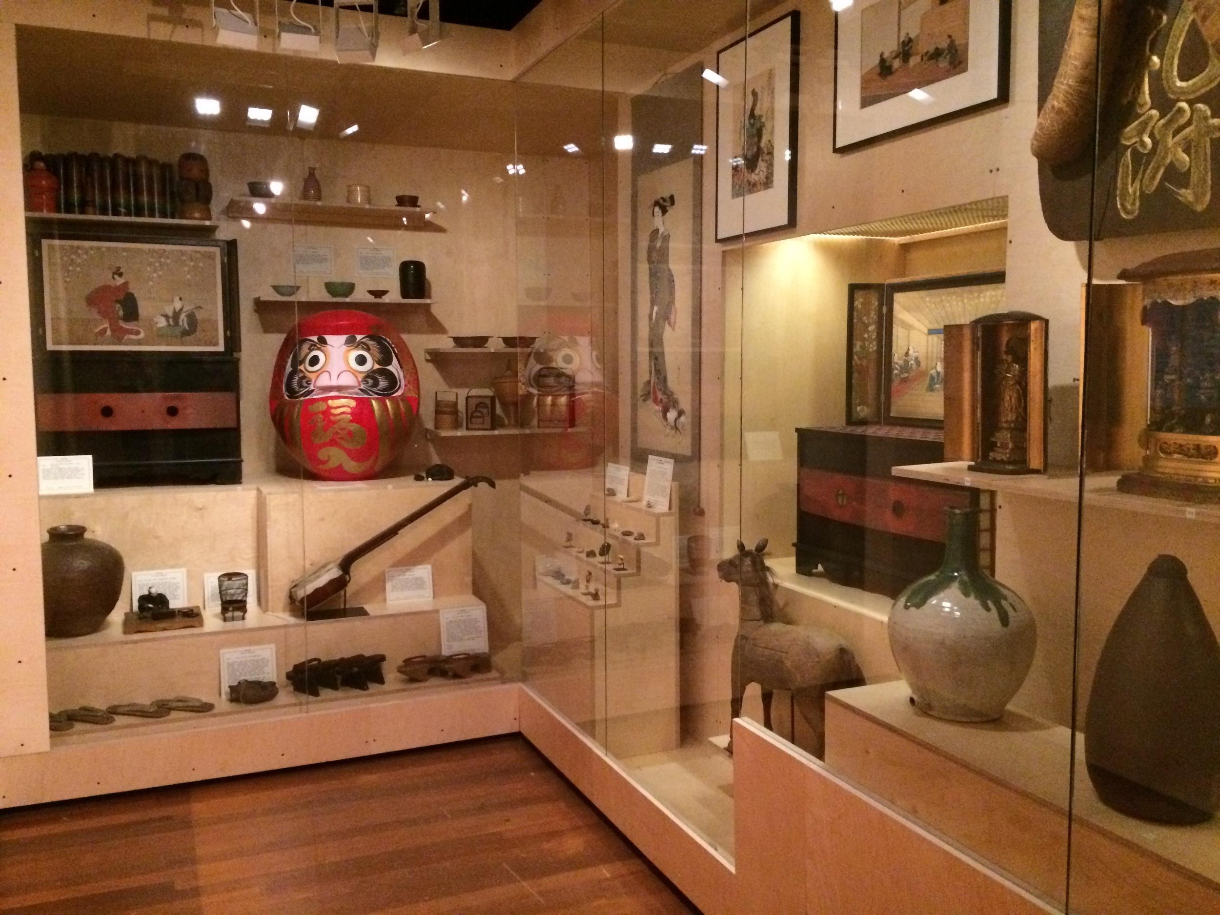 Paulien Cornelisse koos Japanse voorwerpen uit Museum voor Volkenkunde en het Tropenmuseum.