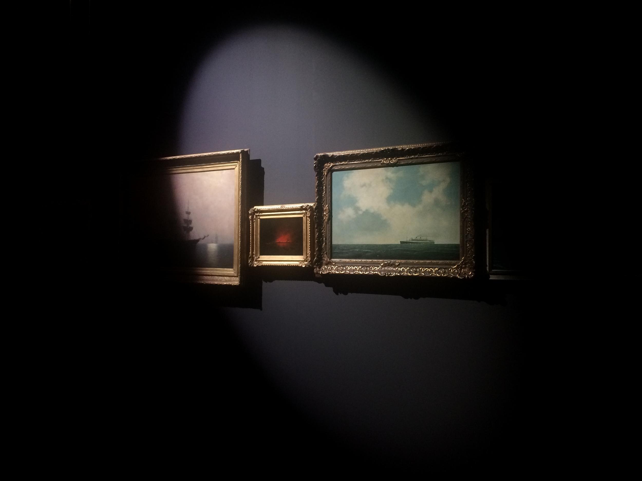 Daan Roosegaarde hing zeegezichten uit het Scheepvaartmuseum in een zaal verlicht door het zoeklicht van een vuurtoren.
