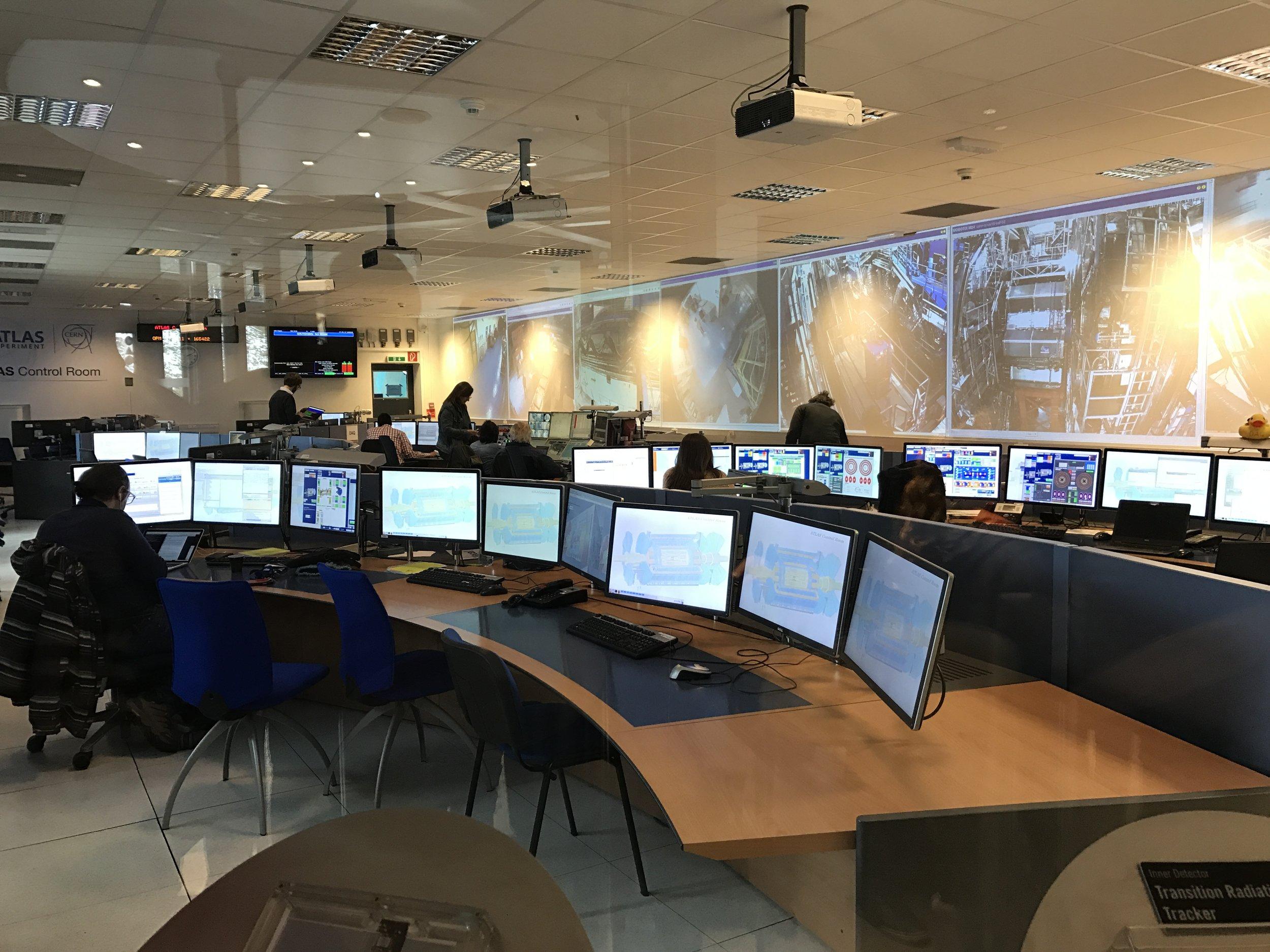 Wetenschappers aan het werk bij ATLAS; één van de meetpunten rond de deeltjesversneller