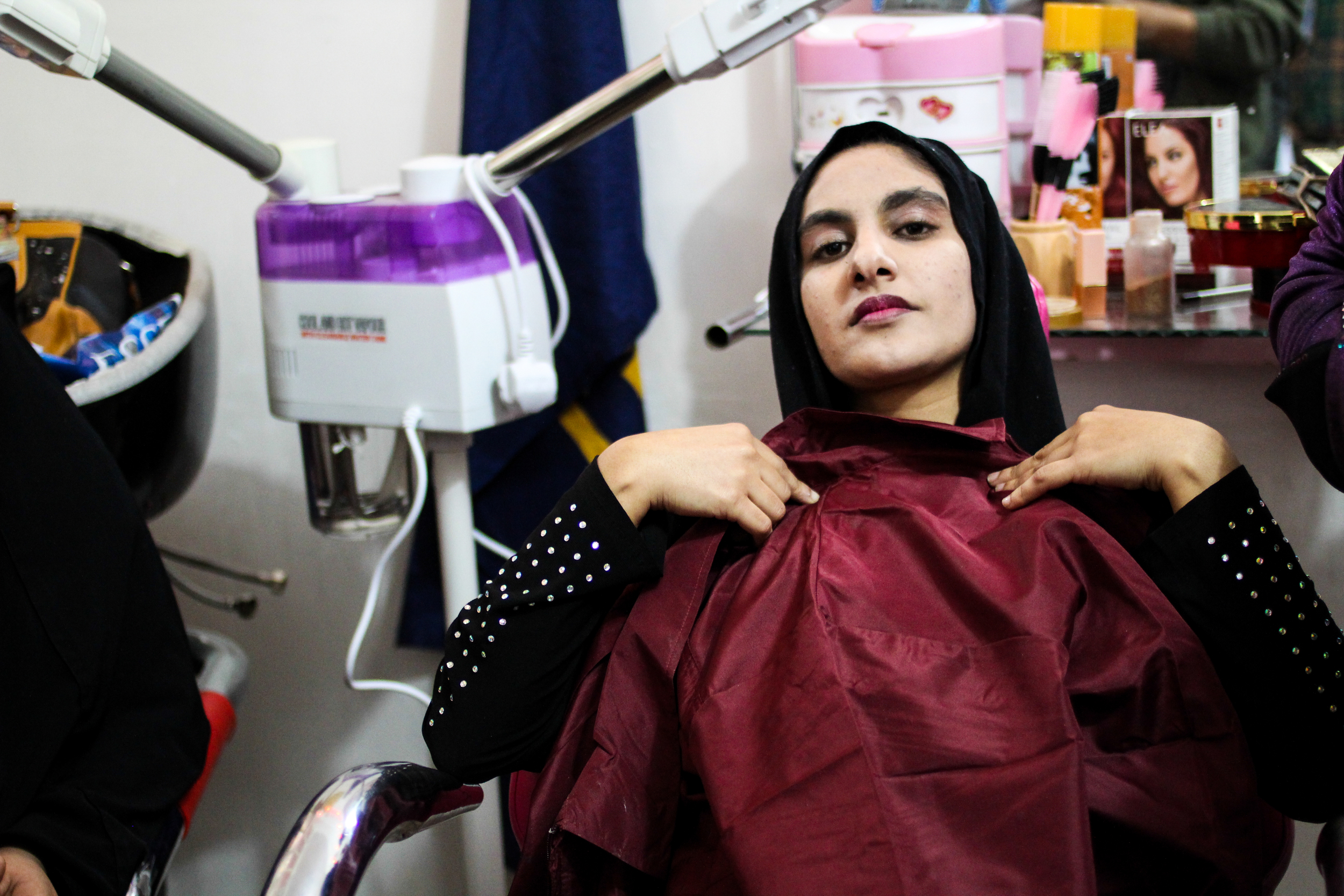Marwa, Baghdad resident, sits during a hairdressing course / For the Iraq mission of the International Organization for Migration