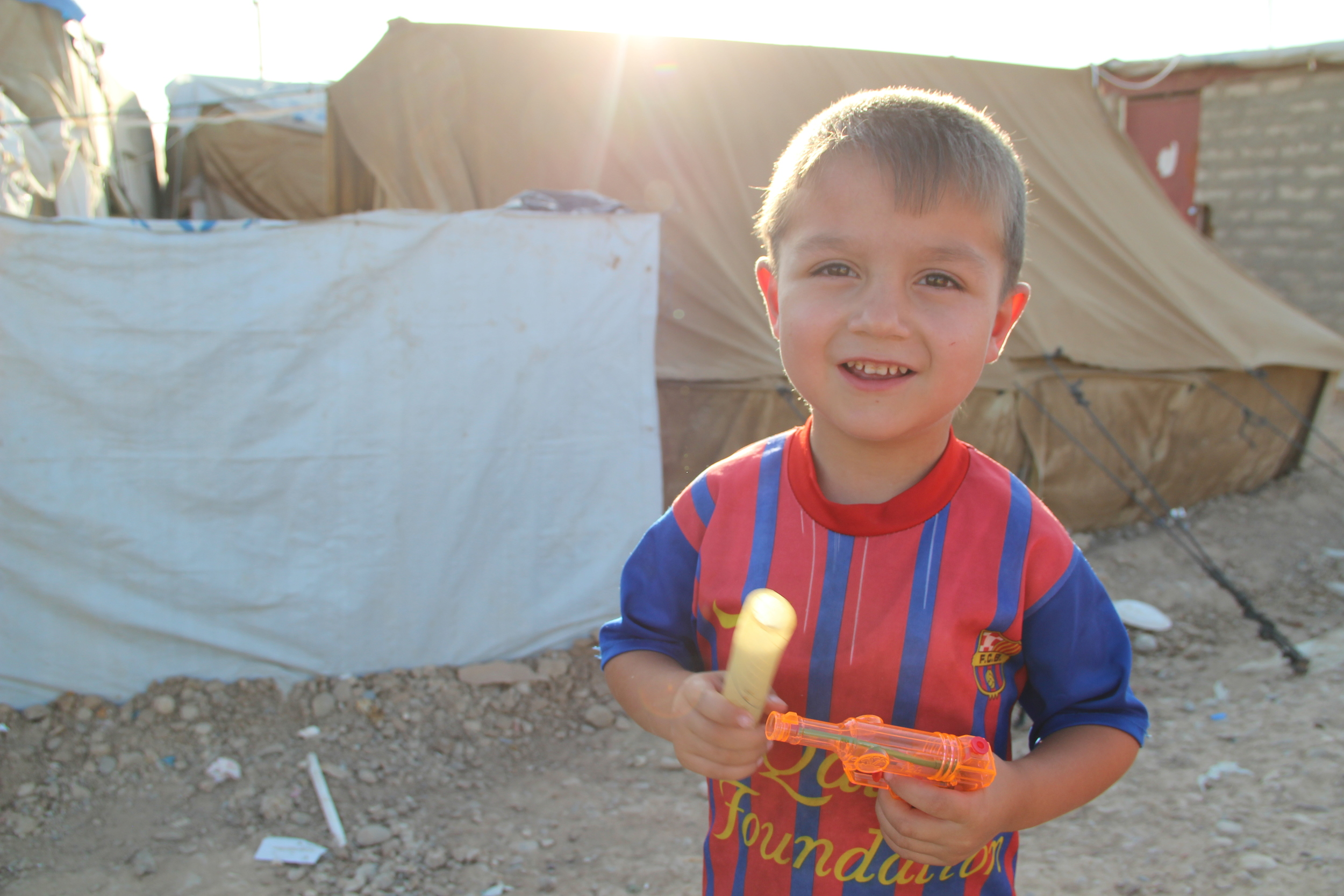 A young child wears a Barcelona jersey, Domiz refugee camp / For the Iraq mission of the International Organization for Migration