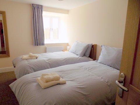 Cobbles cottage twin bedroom.jpg