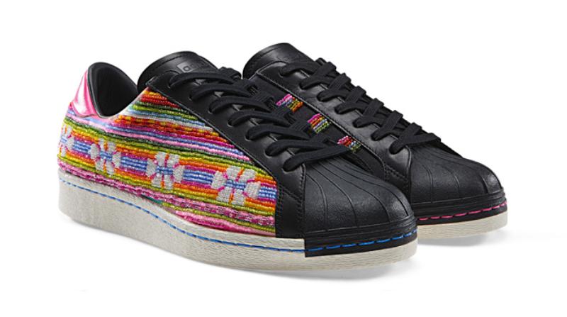 El cantante estadounidense Pharrell Williams es el responsable de estas zapatillas Adidas de edición limitada inspiradas en diseños bolivianos tradicionales, y que ahora pueden comprarse en eBay a  más de 1.000 dólares americanos. (3)
