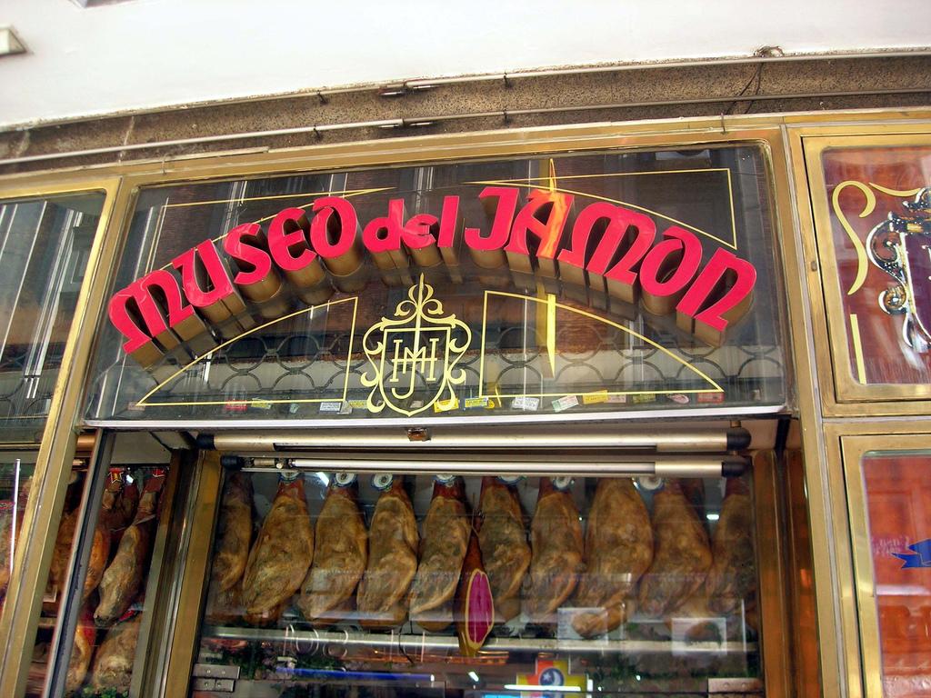 Fachada de uno de los tantos locales del Museo del Jamón en Madrid. Además de ofrecer tapas y bocadillos a la carta de entre 5 y 40 euros, los precios de las piernas de jamón enteras (en exhibición) están entre 50 y 2,000 euros. | Créditos:  Gideon  en Flickr