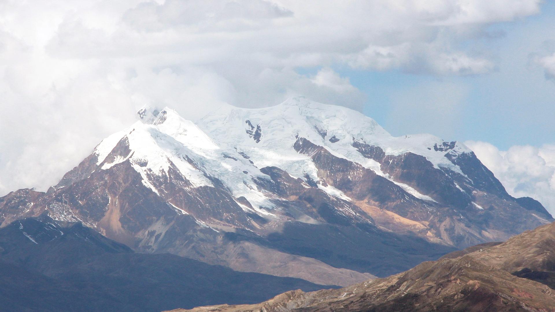 Illimani, la montaña más alta de la Cordillera Real en La Paz, Bolivia.