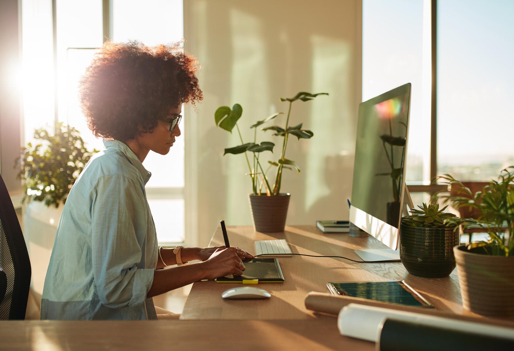 Contrata a un diseñador gráfico profesional para que se haga cargo de tu marca personal,te asegurará los mejores resultados y un buen retorno de tu inversión.