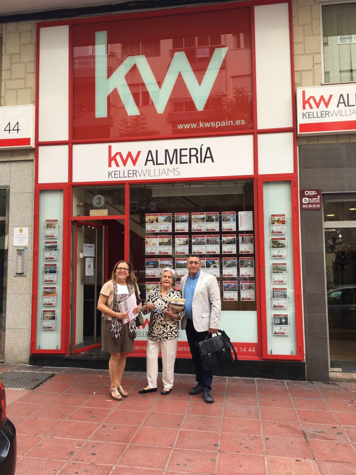 Ascensión de Aynat junto a Margarita Carretero (donante) y Javier González, Director Territorial Aldeas Infantiles Andalucía.