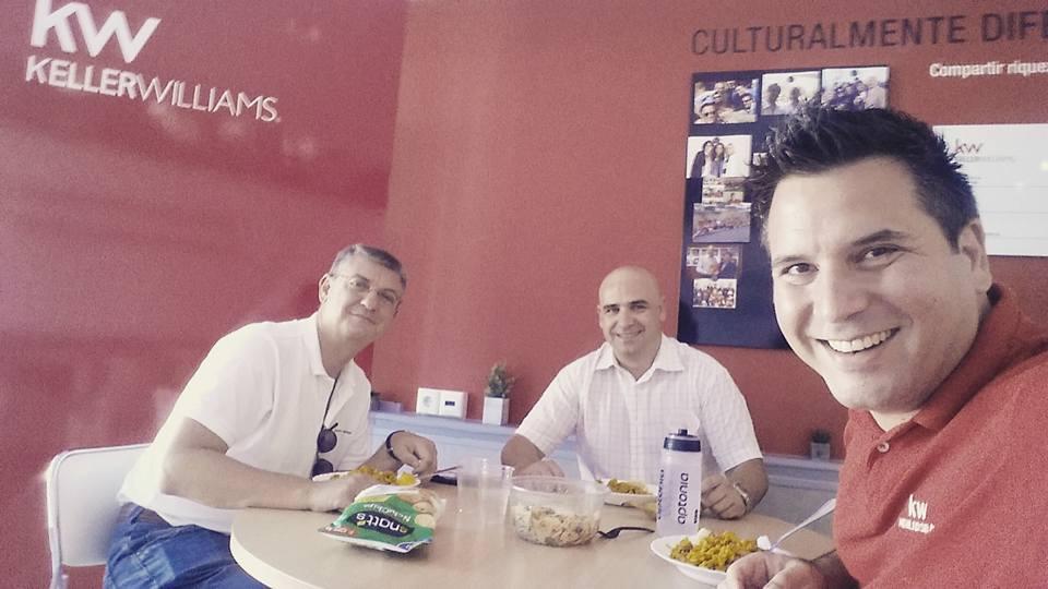 Michele junto a dos de sus compañeros de Keller Williams Marbella, Juan Camarero y Alberto Loriente.