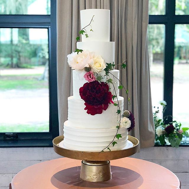 Hope your Saturday is as lovely as this cake 😘 #abcdcakes #charleston #charlestonbride #charlestonbakery #charlestonwedding #middletonplaceweddings #gardenparty #chseats #holycityeats #buttercream #buttercreamweddingcake #weddingcake #imsomartha #marthastewartweddings #girlboss #bestdayever #letthemeatcake
