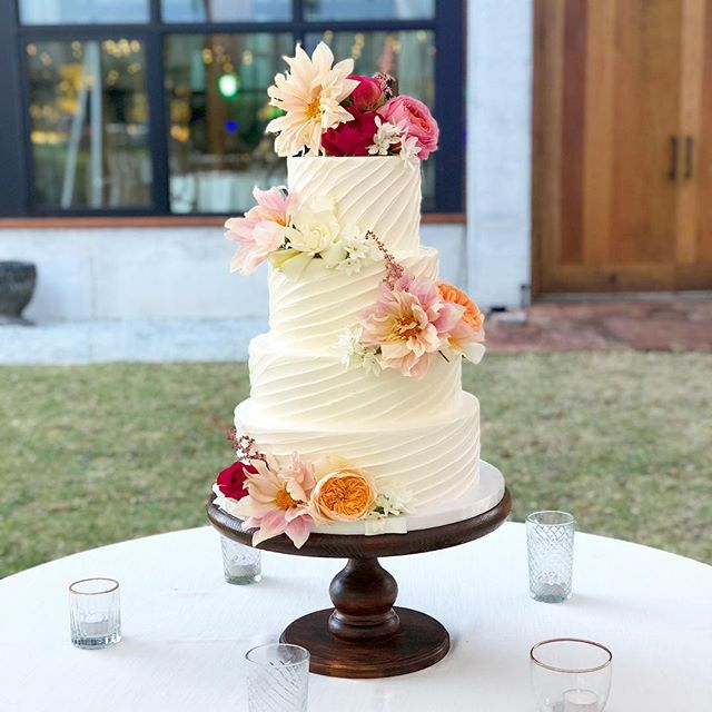 Everyday is #nationalcakeday for ABCD! #abcdcakes #charleston #charlestonwedding #charlestonbride #charlestonbakery #charlestoncakes #chseats #holycityeats #holycity #buttercream #weddingcake #marthastewartweddings #imsomartha #middletonplacewedding #bestdayever #girlboss #letthemeatcake