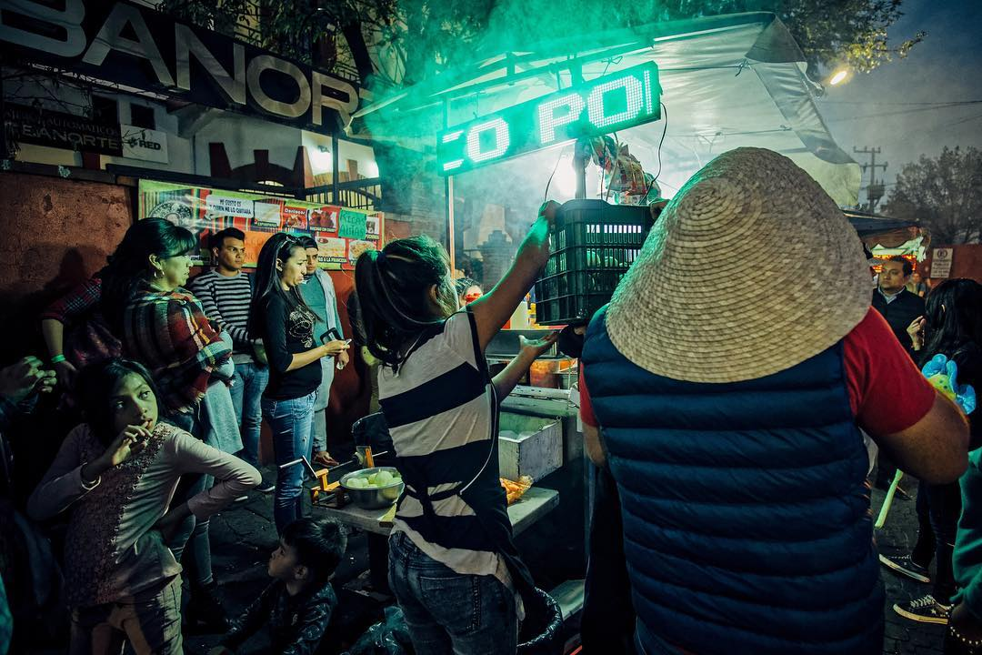 Eating out #cdmx #streets #photography #coyoacán #mexicocity #mexicanfood #mexicourbano #urbanphotography #peopleinframe #peoplewatching #ciudaddemexico