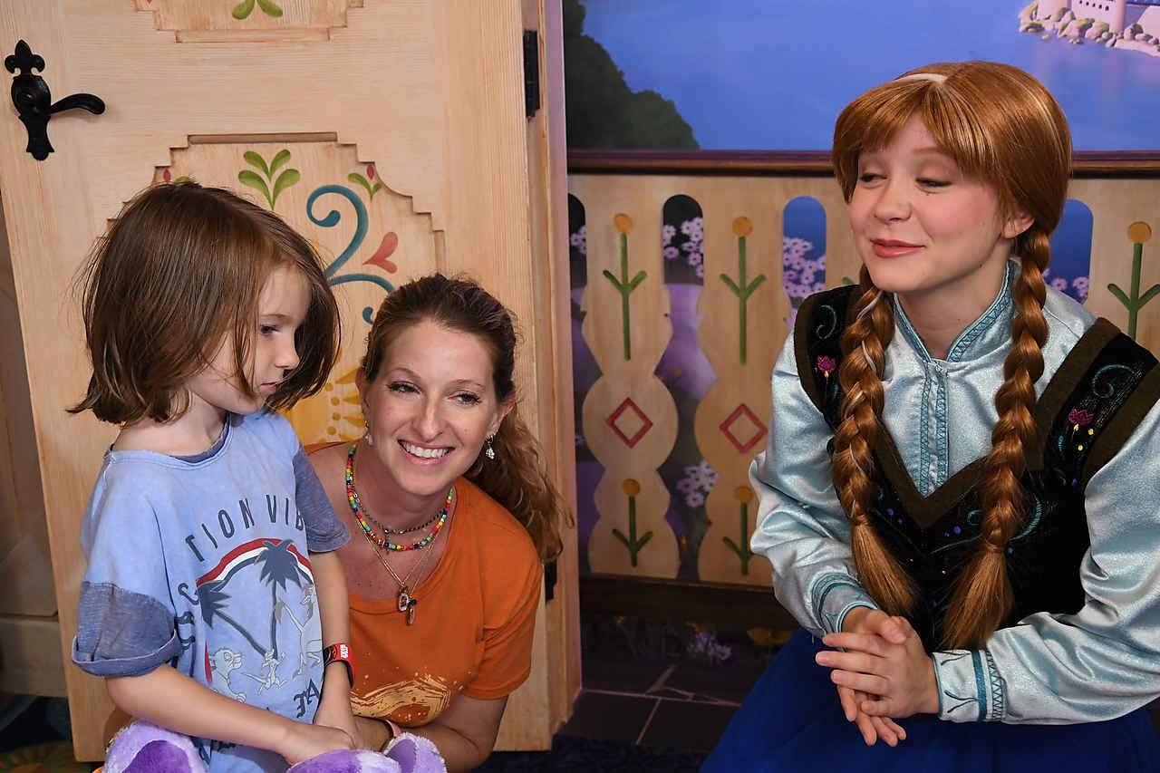 Meeting Anna at Epcot (Frozen)