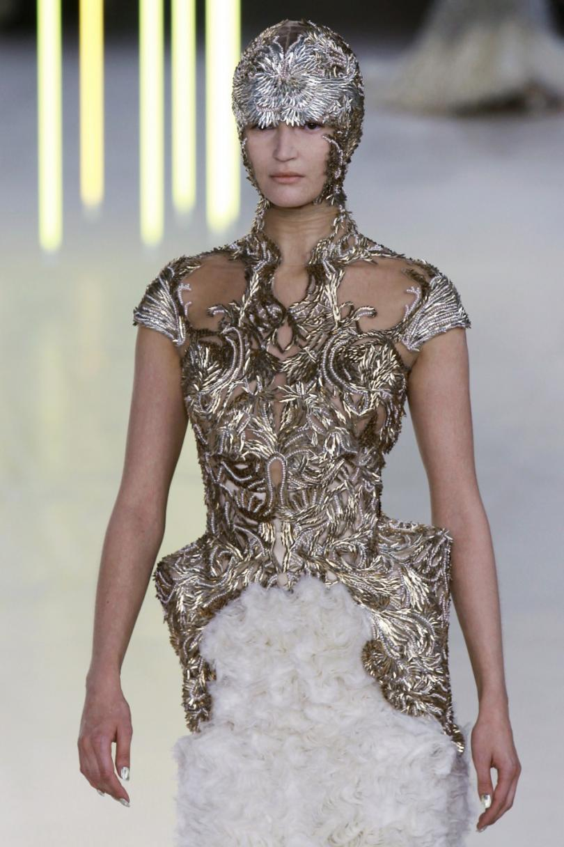 171455-paris-fashion-week-sarah-burtons-bold-and-brilliant-creations-for-alex.jpg