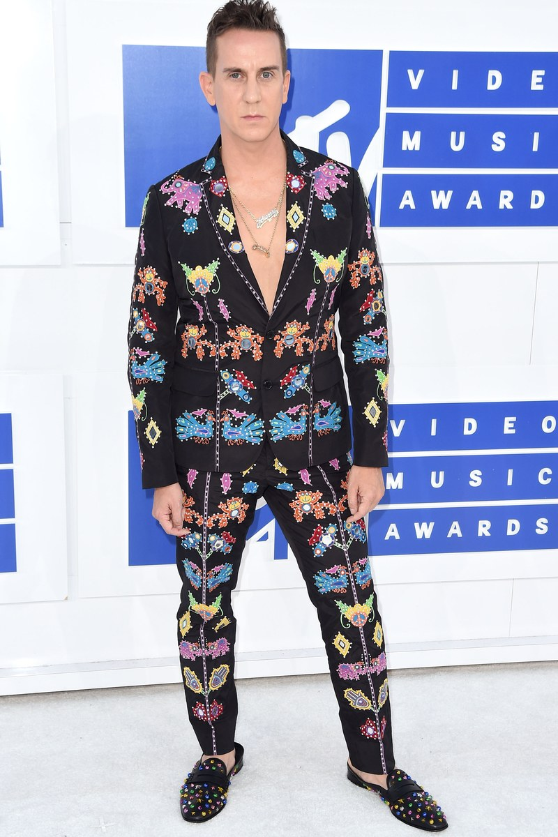 vma-no-shirt-jeremy-scott.jpg