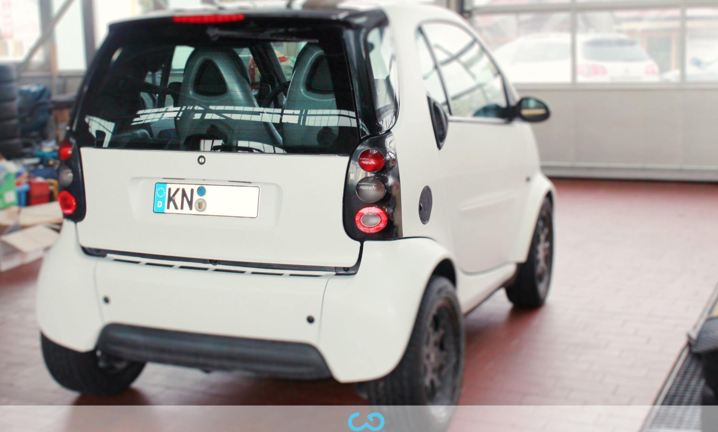 autofolierung-car-wrapping-3-vollfolierung-teilfolierung-carbonfolie-smart-weiss-2012-10-12-1.jpg