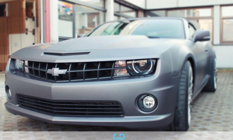 autofolierung-car-wrapping-8-vollfolierung-grau-teilfolierung-carbon-dach-motorhaube-chevrolet-camaro-2013-04-15-1.jpg