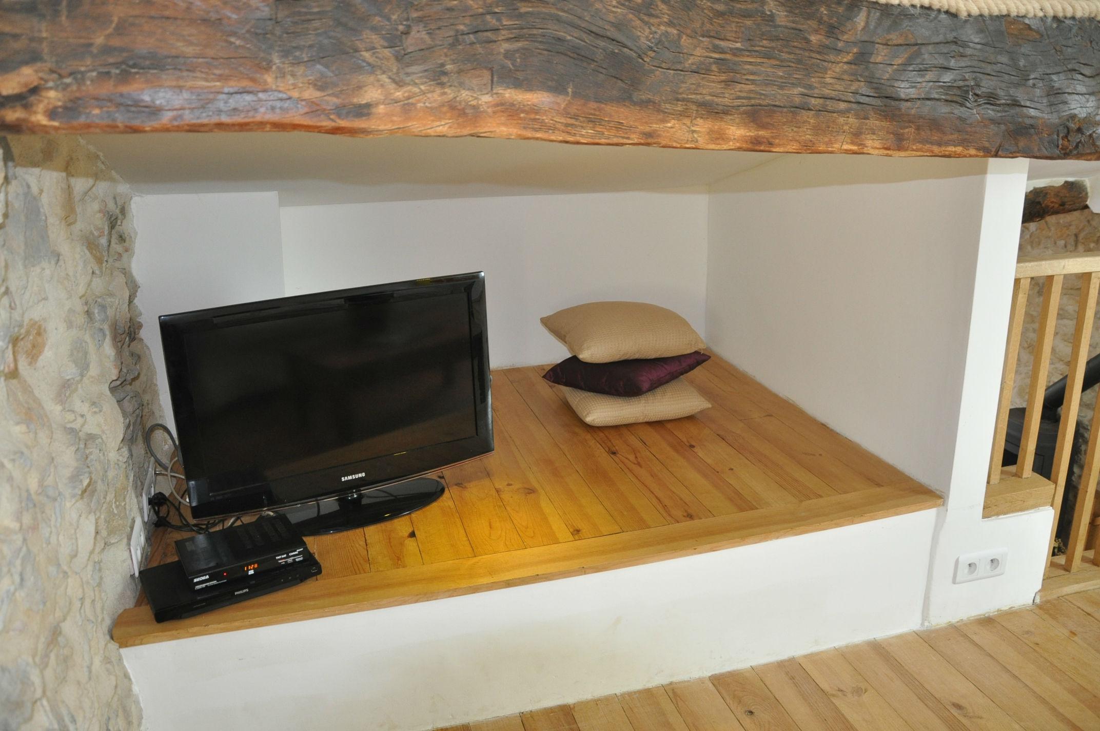 Flatscreen TV DVD Satellite and ipad-HDMI.jpg