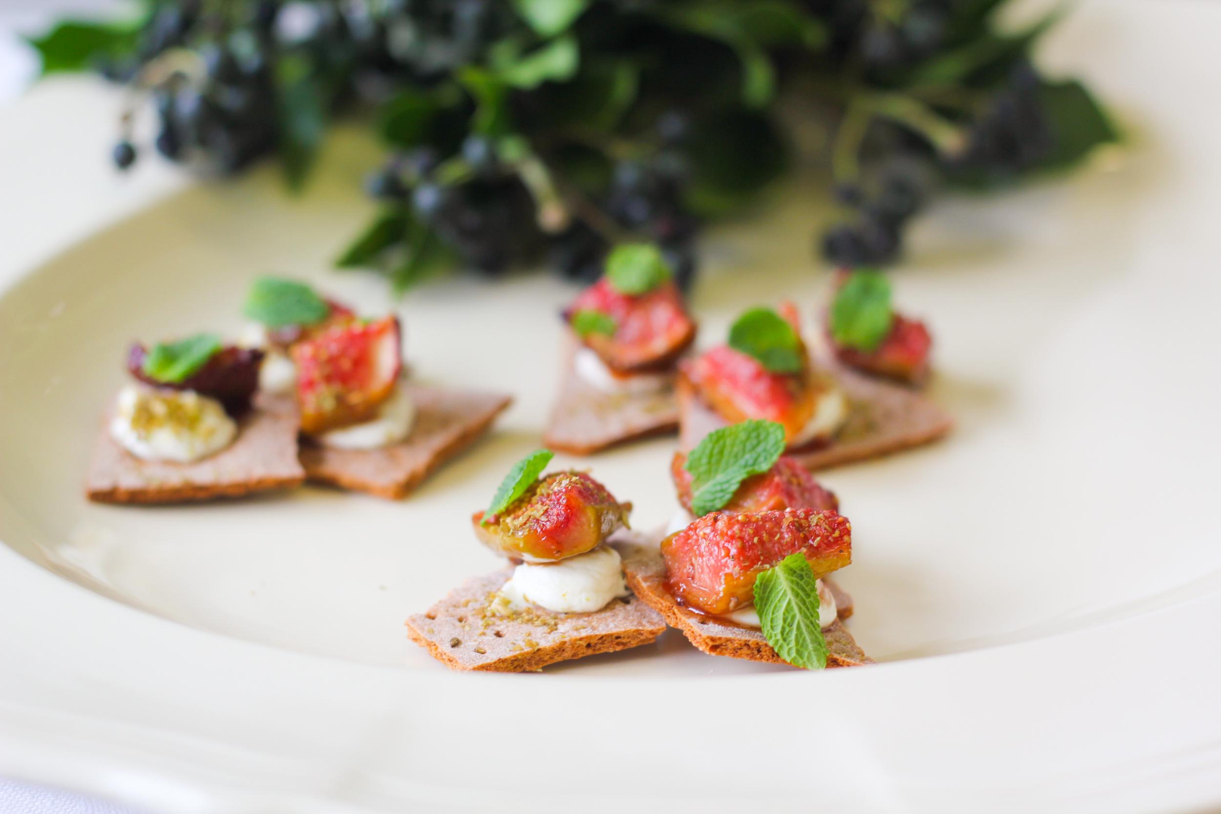 Grilled figs, labneh, zatar & mint