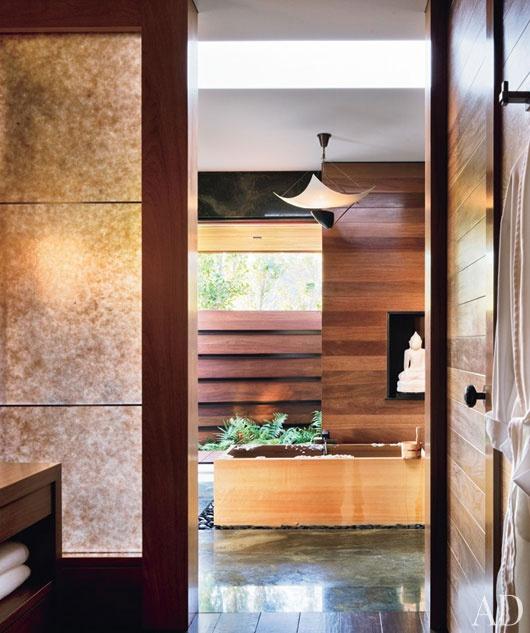 浴室中的水平再生木材