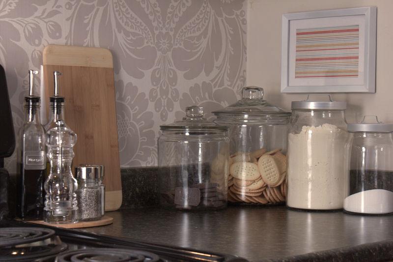 用临时墙纸装饰出租公寓的小厨房