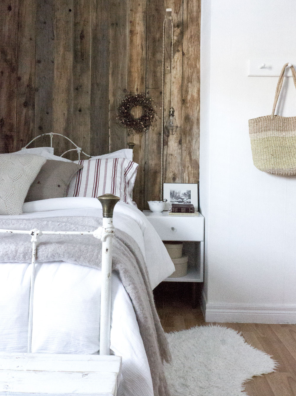 带有谷仓板墙的现代乡村卧室