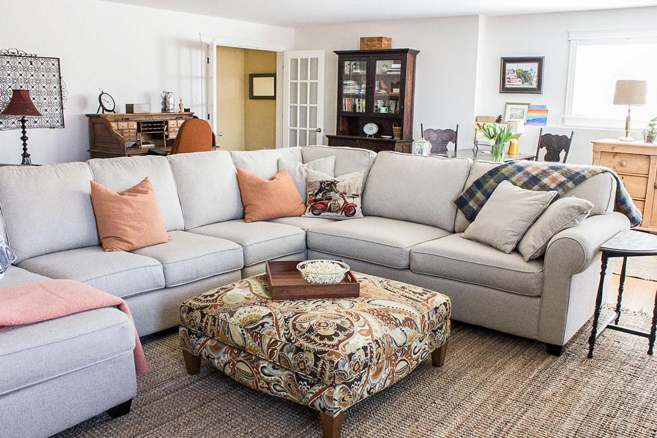 家庭间带中立性 -  Sofa和Colorful-Ottoman.jpg