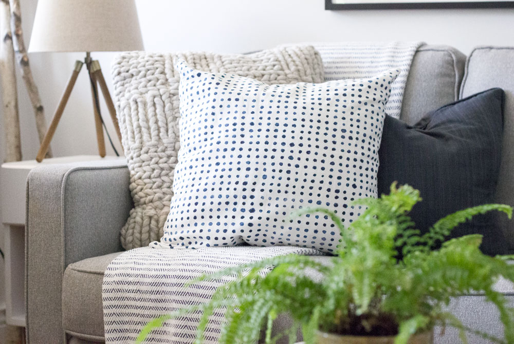 白色、-gray-and-navy-natural-modern-living-room.jpg