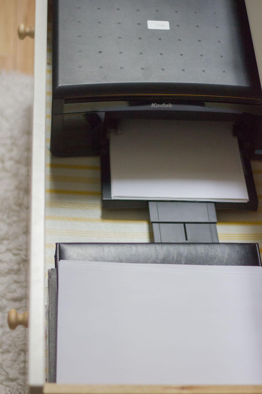 作为常设书桌的陈列室有打印机的打印机