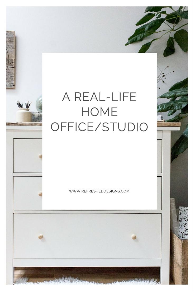 有站立和坐书桌的一个现实生活的家庭办公室