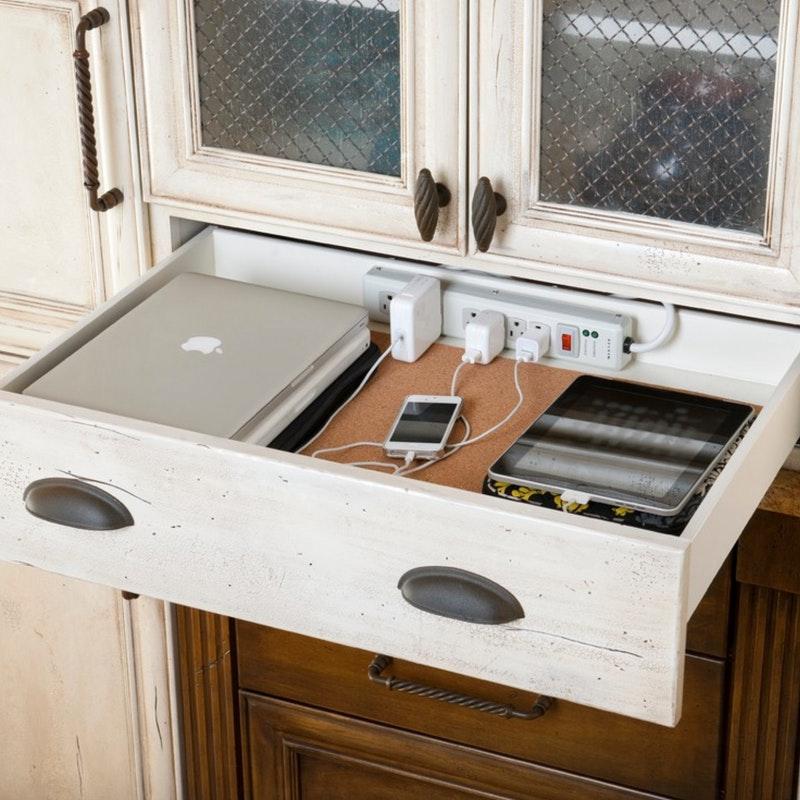 厨房抽屉里的高科技充电站。jpg