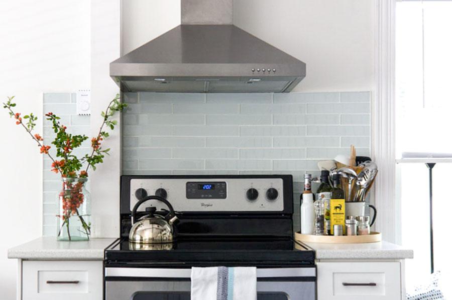 绿松石地铁瓷砖后挡板白色厨房