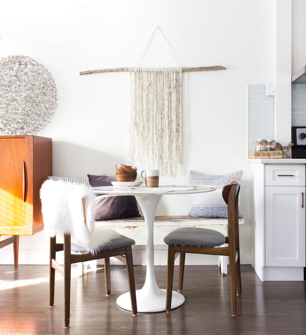 如何DIY一个自然的木棍和纱线挂墙作为低成本的装饰